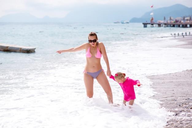 Мама и дочь отдыхают на пляже