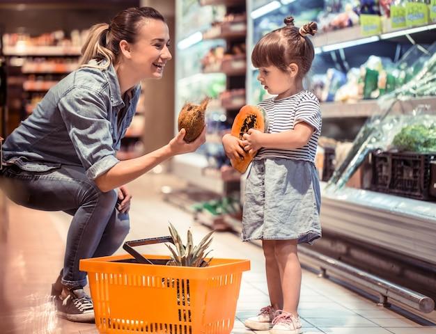 엄마와 딸은 슈퍼마켓에서 쇼핑