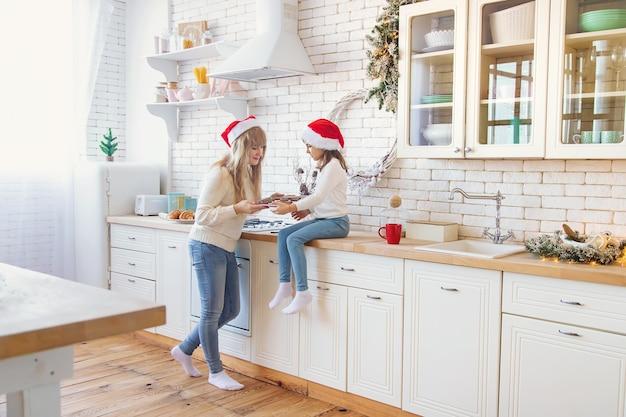 Мама и дочка пекут рождественское печенье