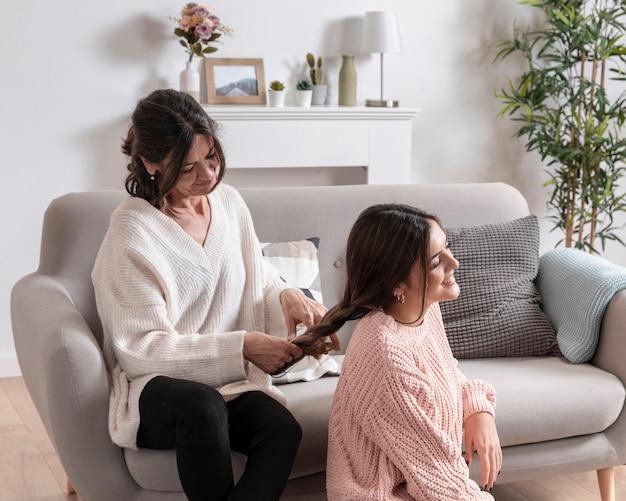 Мама и дочка плетут время