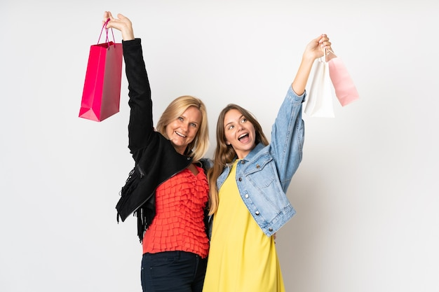 Мама и дочь покупают одежду