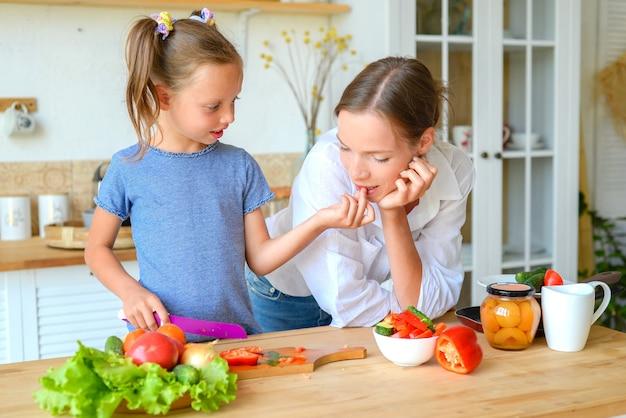 엄마와 딸은 부엌에서 건강한 음식을 함께 요리하고 건강한 음식과 생활 방식 개념