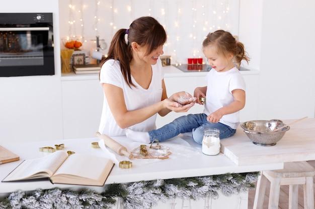 엄마와 딸 집에서 가벼운 부엌에서 요리