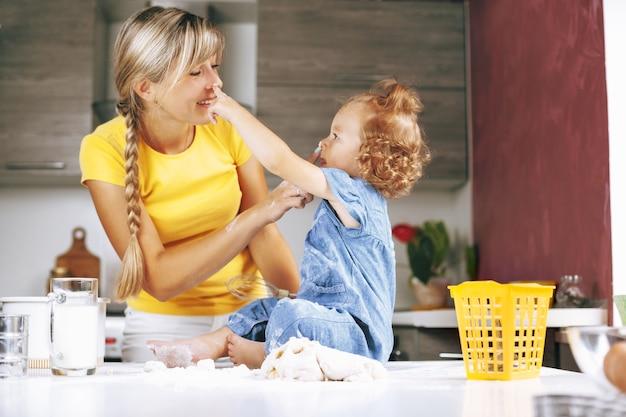 ママと娘が台所で料理、笑顔で遊んで
