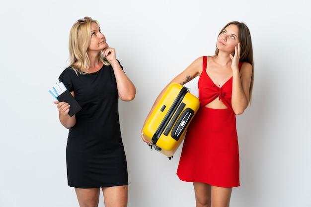 Мама и дочь собираются путешествовать, думая об идее, почесывая голову