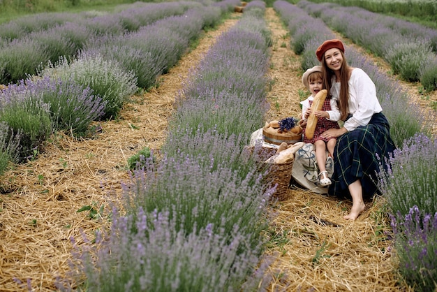 엄마와 딸은 라벤더 밭에서 피크닉을했습니다.