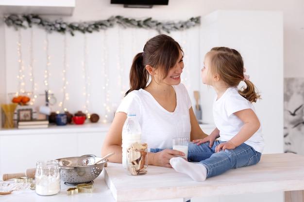 엄마와 딸은 새해에 집에서 부엌에서 재미 있고 요리합니다.