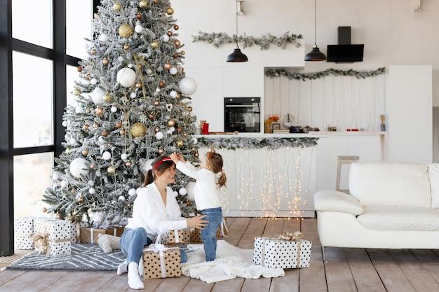 엄마와 딸 크리스마스 트리 옆에있는 재미