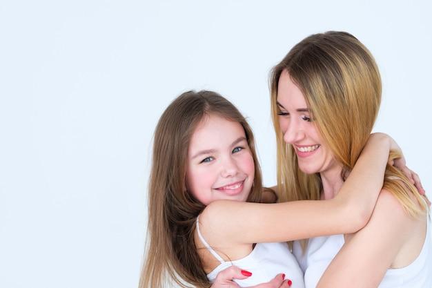 엄마와 딸 포옹.