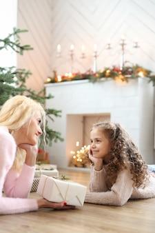크리스마스 장식 거실에서 엄마와 딸