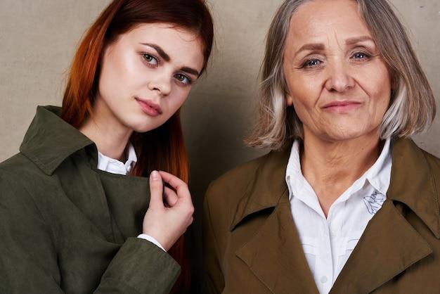 コートのママと娘のファッション秋のスタイルをポーズします。高品質の写真