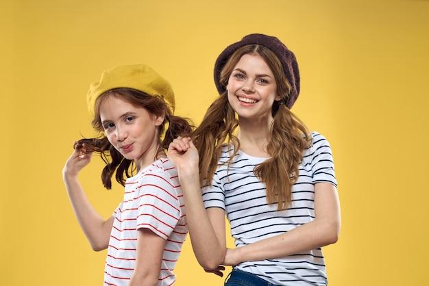 ストライプのシャツと帽子のママと娘
