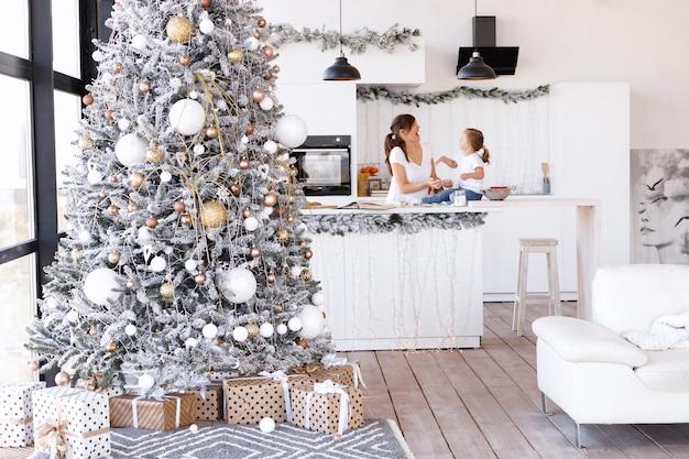 クリスマスの日に自宅のキッチンでママと娘