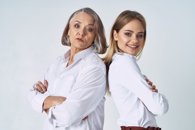 白いシャツを着たママと娘が並んで立っている感情家族の愛