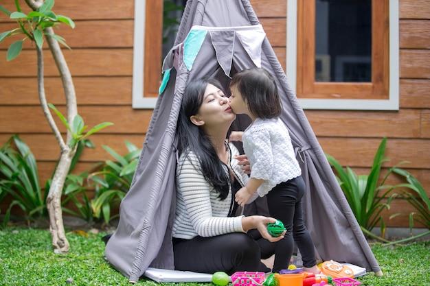 Мама и дочка целуются