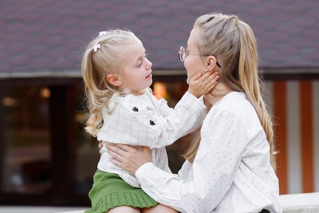 엄마와 딸이 서로를보고 웃어 프리미엄 사진