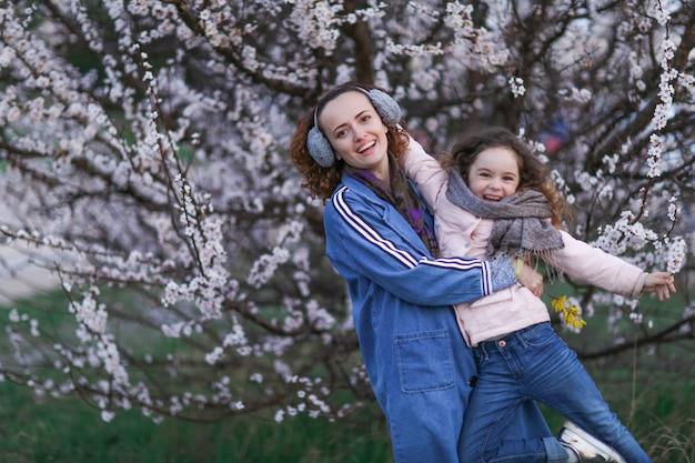 Мама и дочка на прогулке в парке
