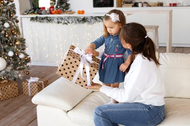 엄마와 딸 크리스마스 선물을 열어