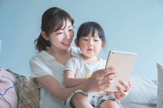 Мама и дочка работают на планшетном пк