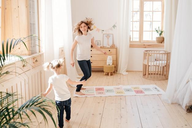 엄마와 딸은 집에서 아이들 방에서 놀고 놀아요. 세련된 인테리어.