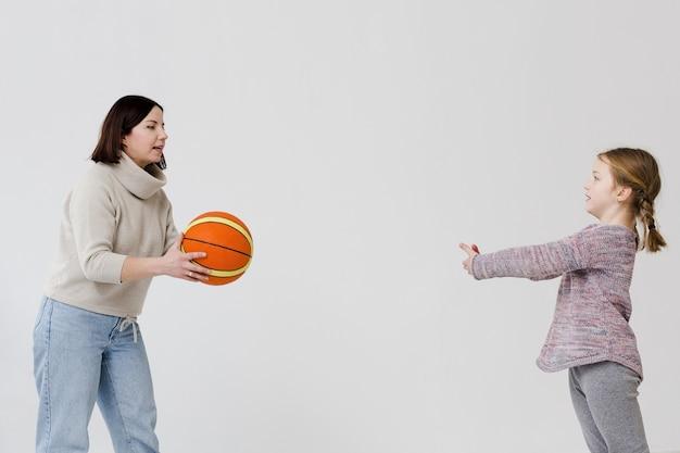 Мама и дочка играют в баскетбол