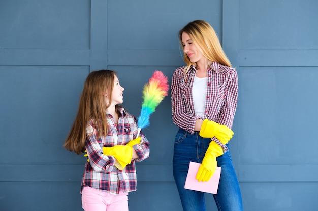 엄마와 딸 가사 및 집 청소 준비.