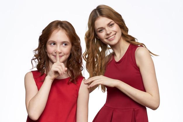 엄마와 딸 빨간 드레스 포옹 가족 기쁨 우정