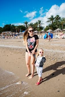 ママと娘はビーチで休む