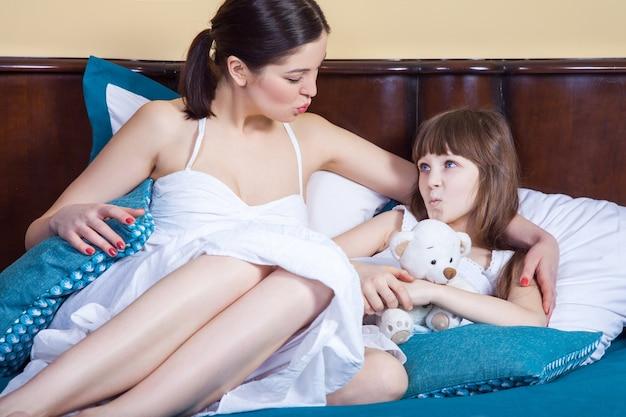 ママと娘がお互いにエアキスを送る