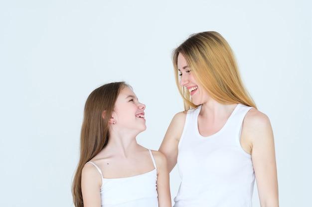 엄마와 딸이 함께 웃고 웃고.