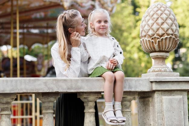 ママと娘は公園で散歩に夏に社交