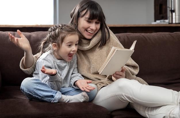 Мама и дочь вместе читают книгу. концепция развития детей и качественного времени.