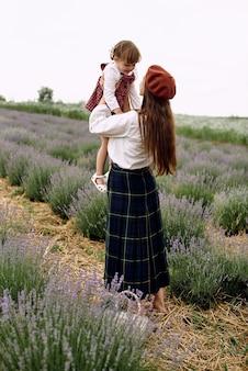 엄마와 딸이 함께 바구니에 라벤더 꽃을 수집합니다.
