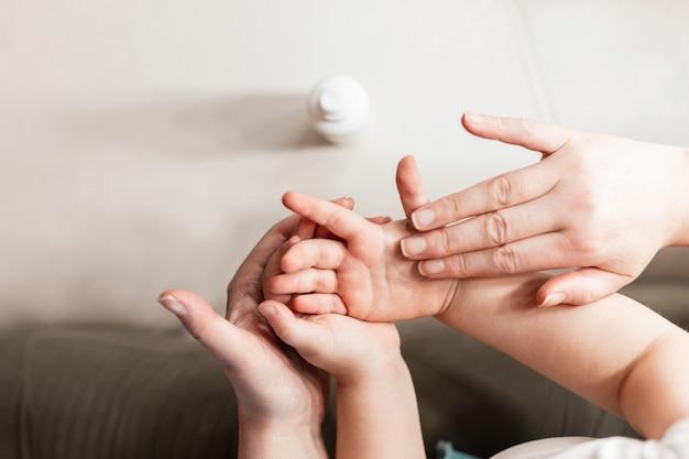 Мама и дочь лечат руки от вирусов и бактерий. концепция охраны здоровья ребенка