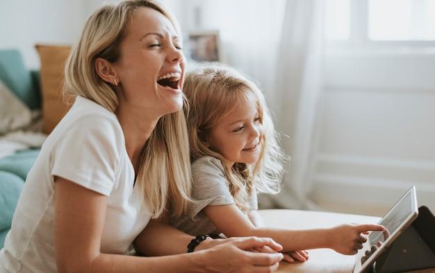 디지털 태블릿으로 만화를 보는 엄마와 딸