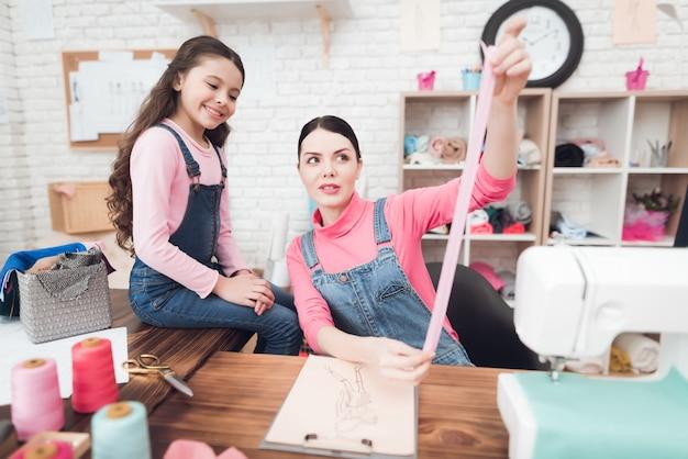 Мама и дочь работают вместе в швейной мастерской