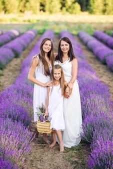 ラベンダー畑のママと娘。紫色の夏の写真。
