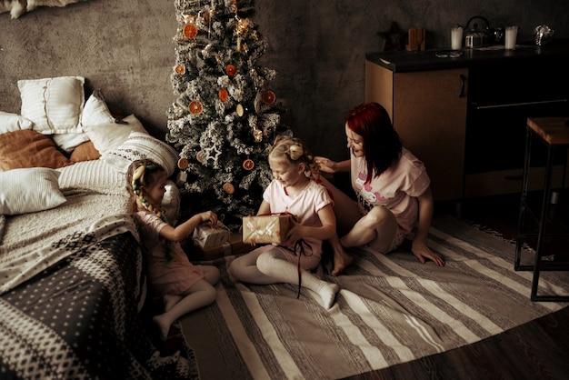 Мама и дочери возле елки. новый год