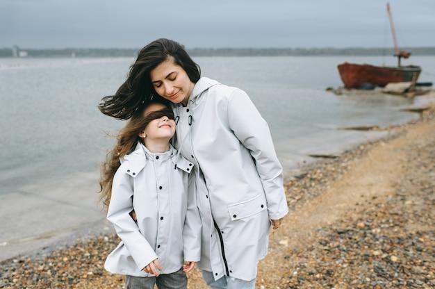 ママとdautherは、湖の近くのボートの背景に楽しいがあります
