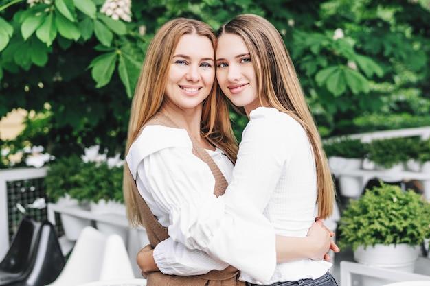 通りで抱き締めるママと娘