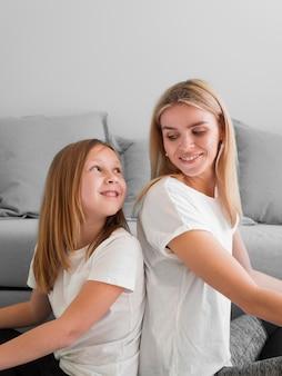 Мама и девушка спина к спине