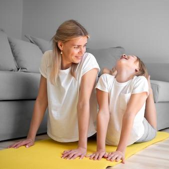 Мама и девушка на коврик растяжения