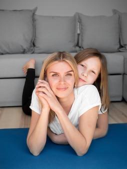 Мама и девушка на коврике