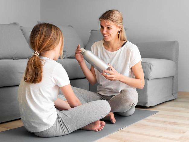 Мама и девушка тренируются на мат