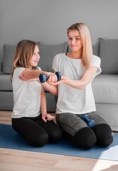 Мама и девушка тренировки с весами