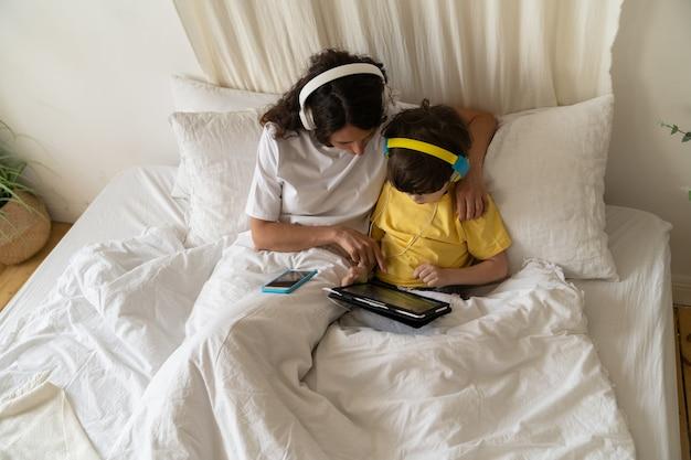 엄마와 아이가 함께 공부하는 엄마는 온라인 과정을 보면서 유치원 교육 훈련을 통해 아들을 돕습니다.