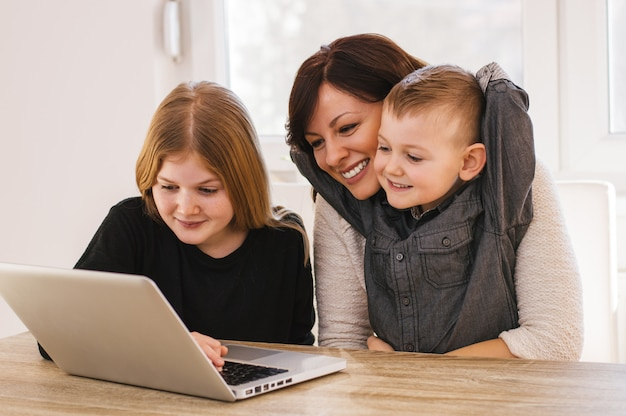 엄마와 아 이들이 집에서 컴퓨터에서 재생