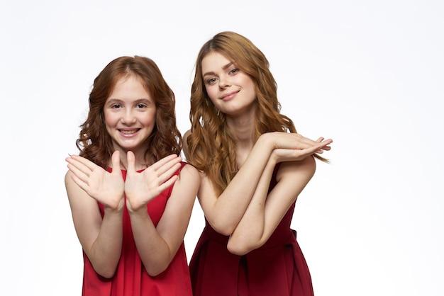赤いドレスを着たママと小さな娘