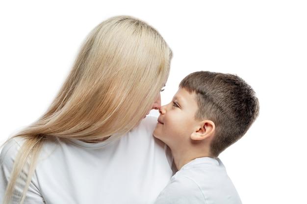ママと息子は優しく抱きしめます。愛、理解、優しさ。閉じる。白い背景で隔離。