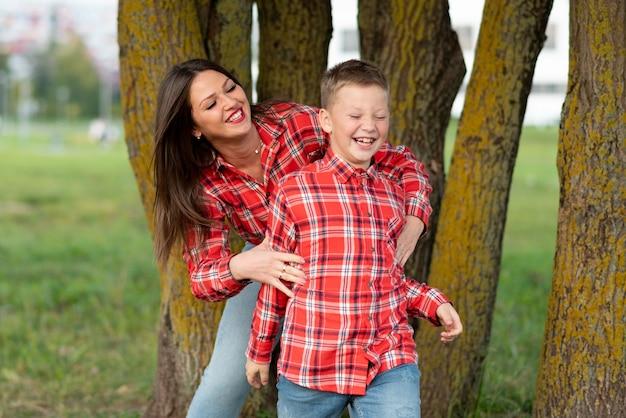 ママと息子は陽気に笑いながらふける。あらゆる目的のために。